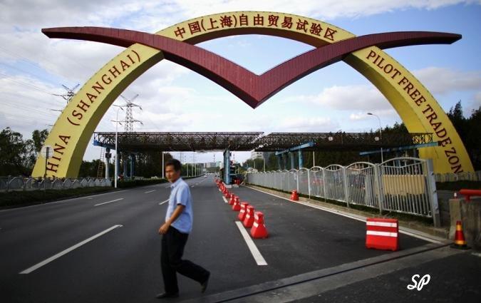 арка с надписью: шанхай, свободная торговая зона