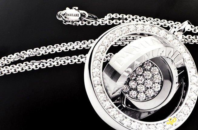 ювелирная коллекция фирмы Damiani из белого золота на черном фоне