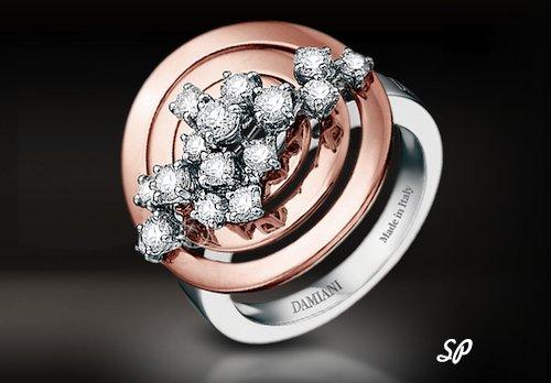 уникальное кольцо коллекции Sophie Loren из белого и розового золота с крупными бриллиантами на черном фоне