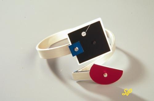 кольца из белого золота в авангардном стиле, украшенные бриллиантами и разноцветной эмалью