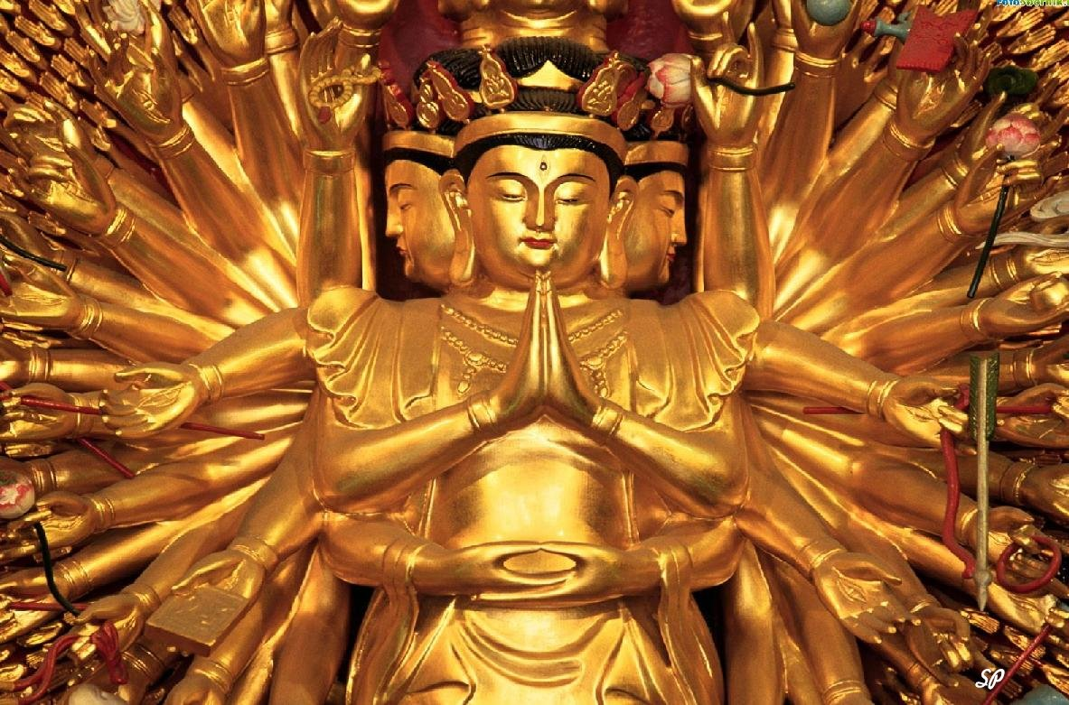 Китайское божество из золота со сложенными, как для молитвы ладонями