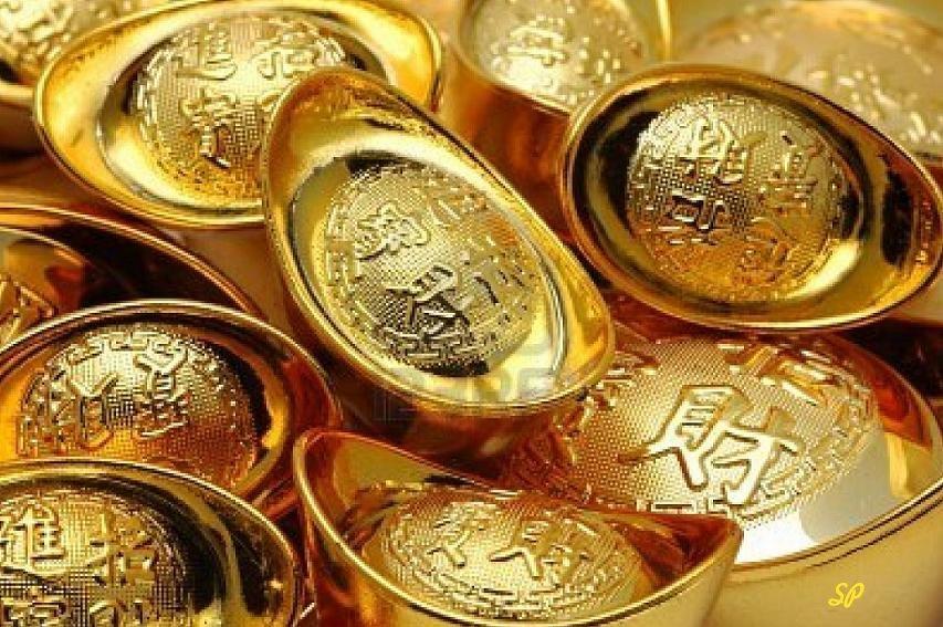 золотые изделия в виде лодочек украшенных китайскими иероглифами
