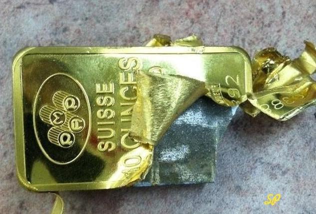 Фальшивый слиток золота из вольфрама, покрытый пластинкой из золота, которую намеренно разрезали для показа