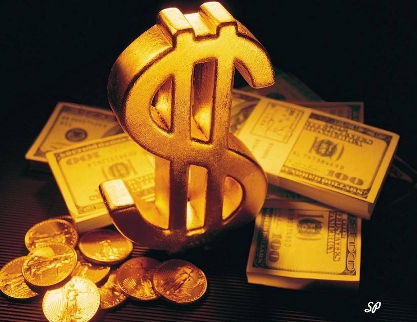 Пачки американских денег достоинством в сто долларов купюр и стопка золотых монет на фоне золотого знака, обозначающего доллар