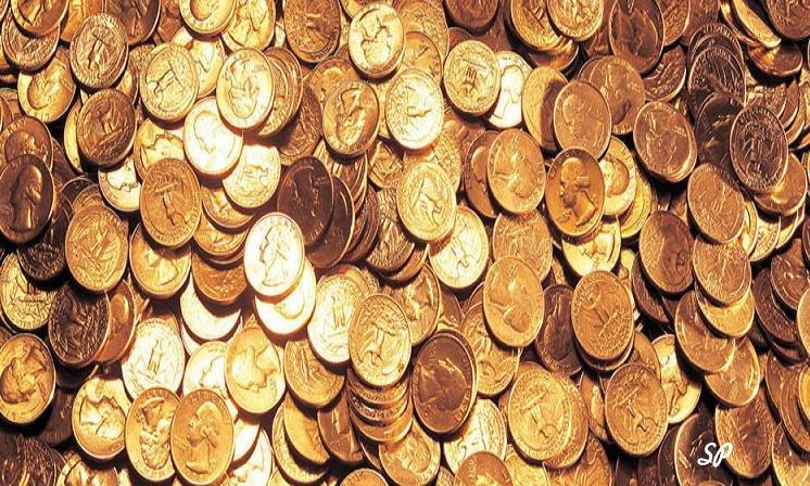 Блестящие золотые монеты лежащие россыпью в большом количестве