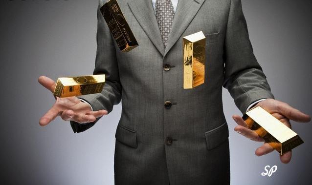Мужчина в сером костюме, жонглирующий слитками золота