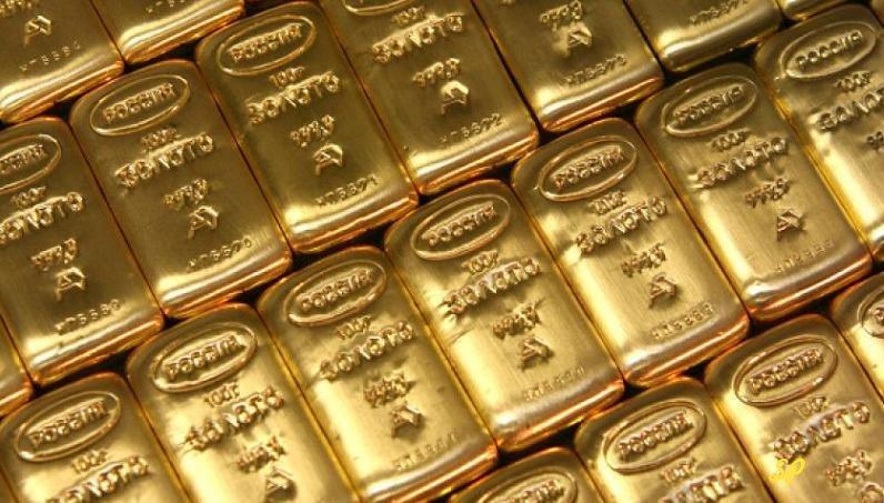 золотые слитки, расположенные в плотные ряды, с надписью Россия и золото на русском языке, расположенные