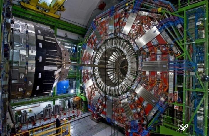 Вид отдельного фрагмента камеры ускорителя элементарных частиц с многочисленными разъемами, контактами и проводами