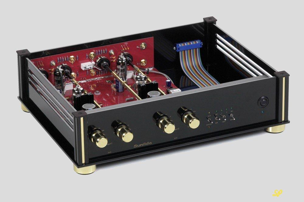 Высокоточный прибор с черным корпусом и с открытой крышкой, внутри видны позолоченные детали и радиолампы