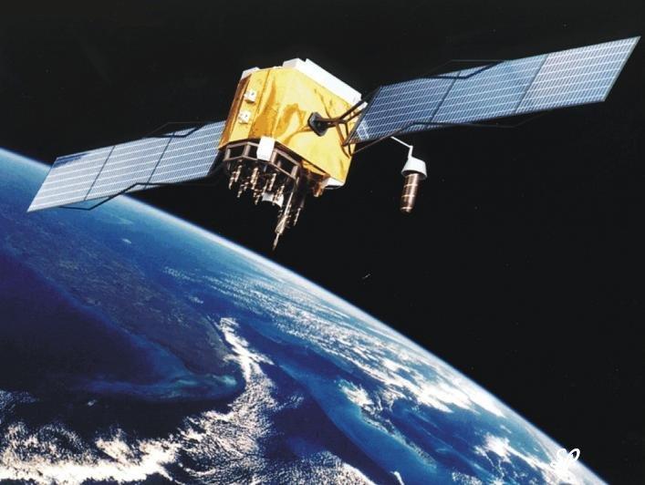 Вид искусственного спутника земли с позолоченным корпусом на черном фоне, а внизу виднеется бело-голубая земля