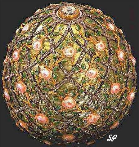 Золотое старинное яйцо работы Фаберже под названием «розовая решетка», украшенная драгоценными камнями, разноцветной эмалью и полосками в виде решетки из белого золота