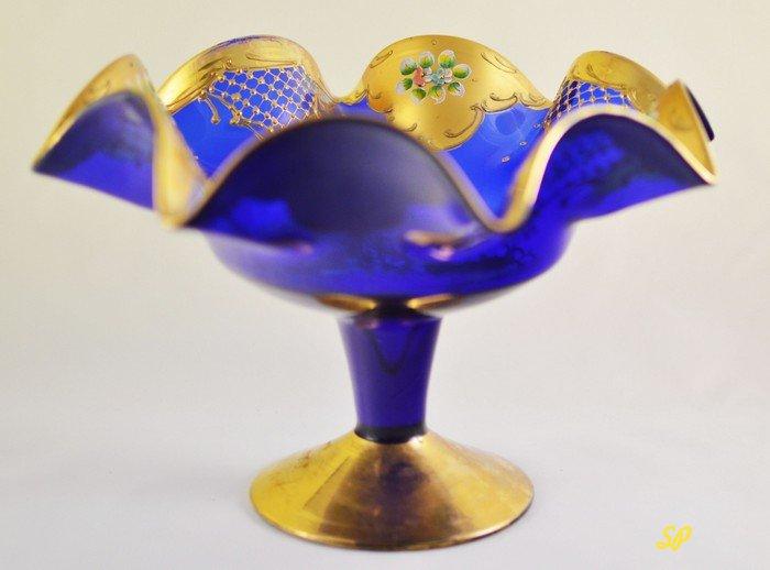 Кобальтовая ваза насыщенного темно-синего цвета с волнистыми краями, украшенными золотой краской