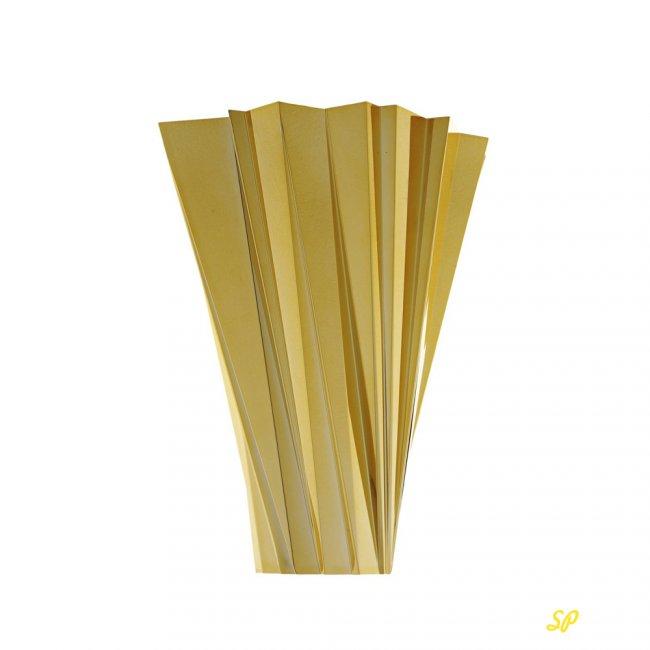 Золотые пластины на белом фоне