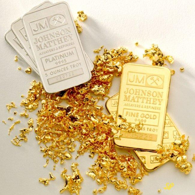 Слитки платины и золота на белом фоне
