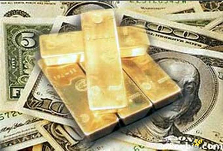 Слитки золота на фоне купюр доллара США