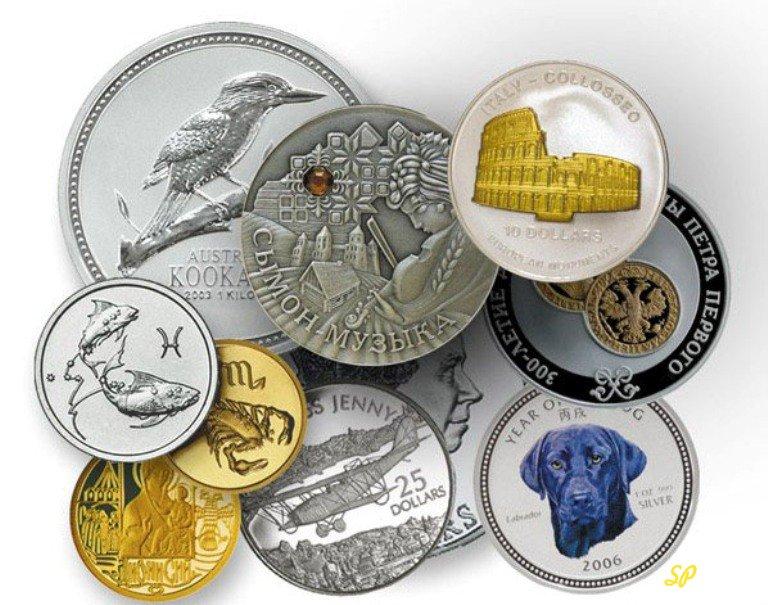 Различные монеты на сером фоне