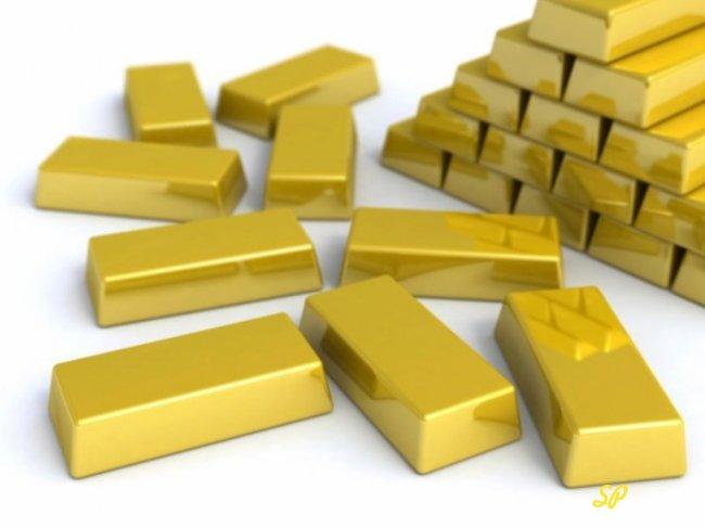 Золотые слитки на белом фоне