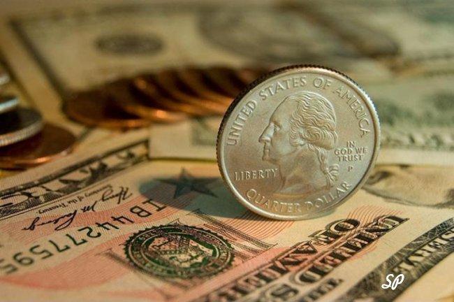 Купюры долларов США и монета