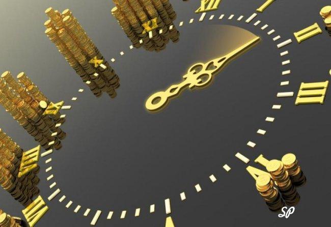 Часы с золотым циферблатом и стрелками