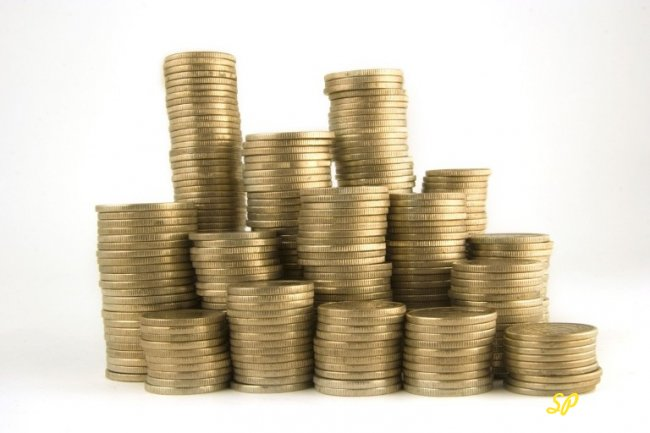 Стопки золотых монет на сером фоне