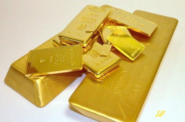 Золотые слитки на сером фоне