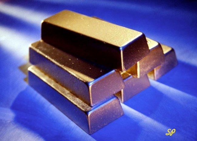 Золотые слитки на синем фоне