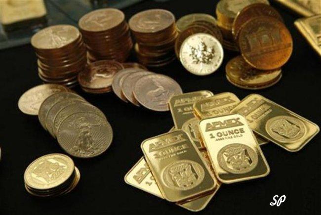Золотые слитки и монеты на чёрном фоне