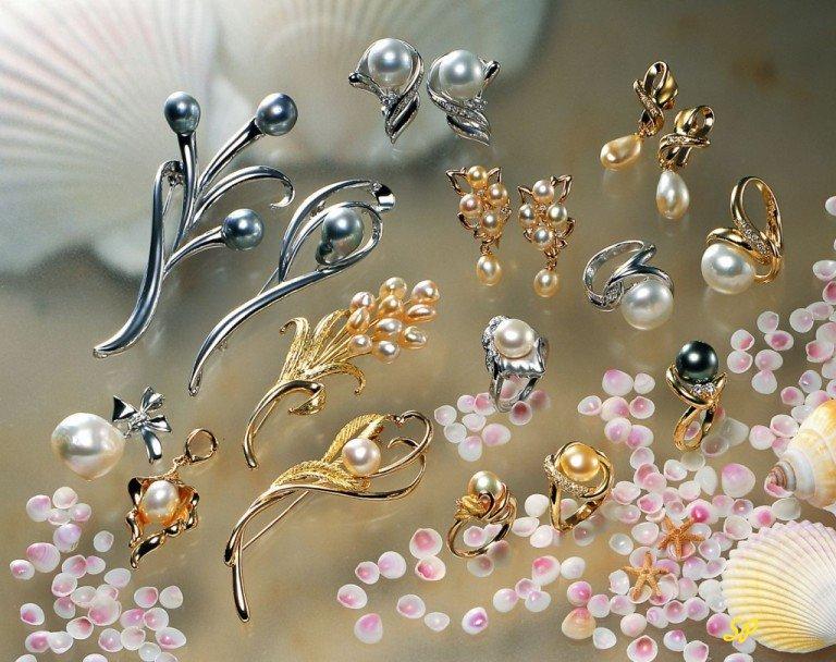 Россыпь ювелирных украшений на стекле