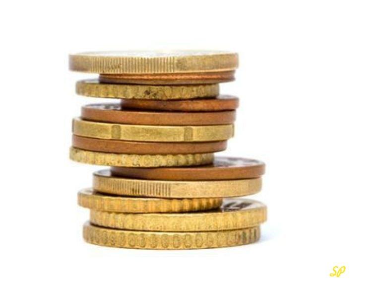 Стопка золотых монет на белом фоне
