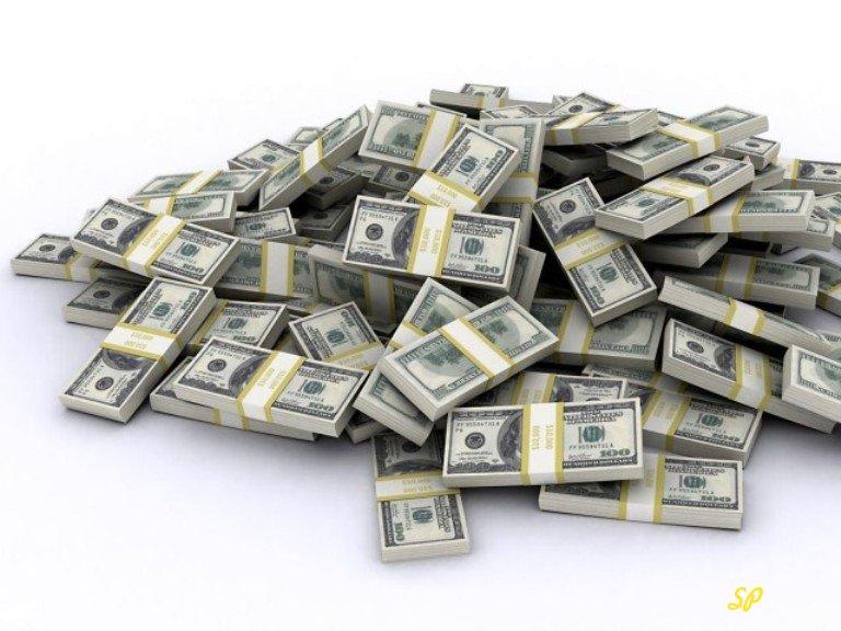 Пачки купюр долларов США на белом фоне