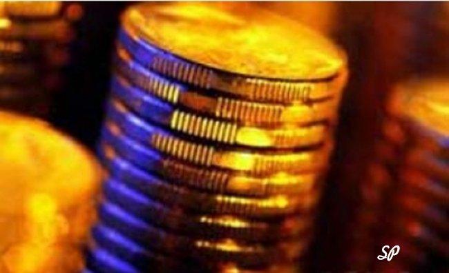 Стопка золотых монет крупным планом