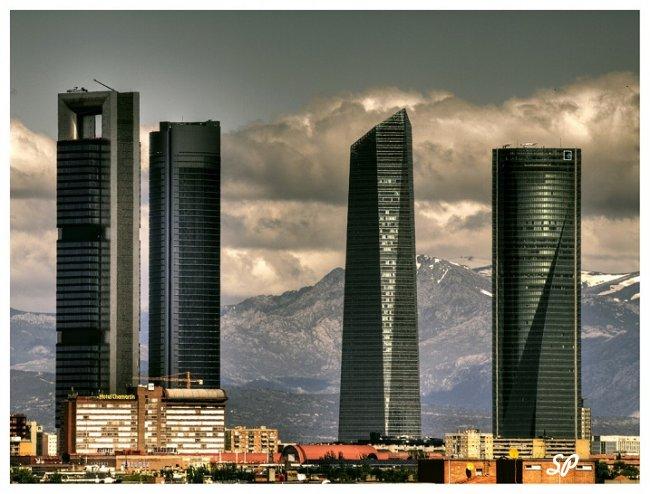 небоскребы на фоне гор