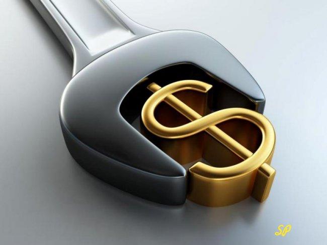 Золотой значок доллара в тисках