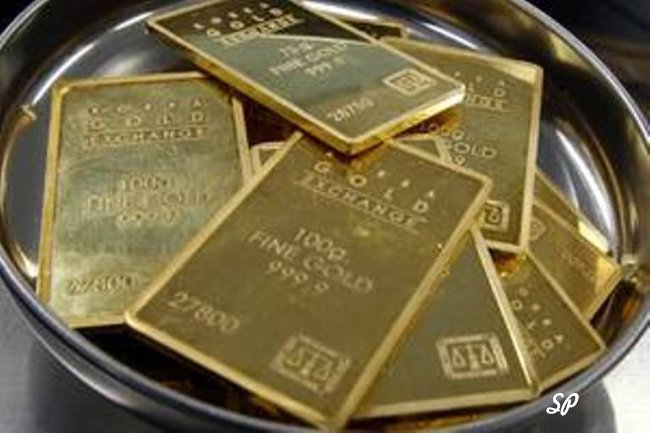 Золотые слитки на тарелке
