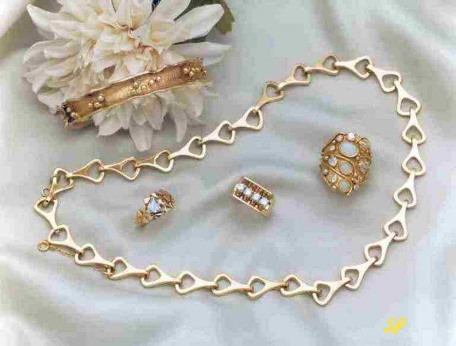 Золотые ювелирные изделия на белом фоне