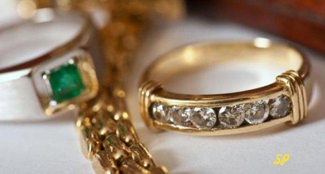 Золотые кольца и цепочка крупным планом