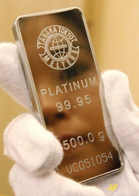 Платиновый слиток в руках