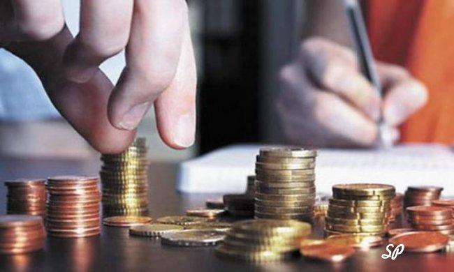 Стопки золотых монет на столе