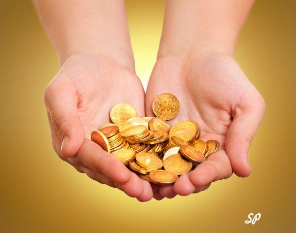 Золотые монеты в руках