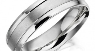 Палладиевое кольцо на белом фоне