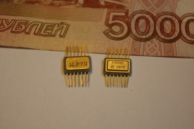 2 радиодетали на фоне купюры