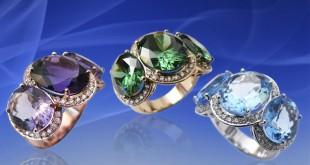 Кольца с драгоценными камнями на голубом фоне
