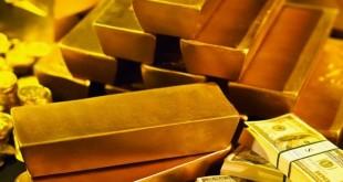 Слитки золота и купюры долларов США