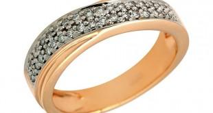 Золотое кольцо с камнями на белом фоне