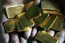 Маленькие слитки золота в руках