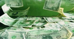 Россыпь купюр долларов США