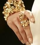 Рука в золотых украшениях
